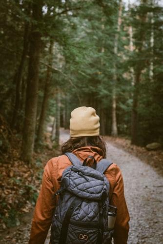 ragazza che cammina in montagna
