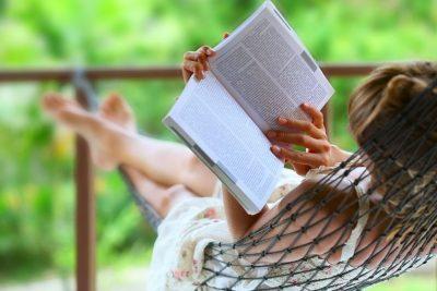 come riprendersi dopo le vacanze - leggere un libro