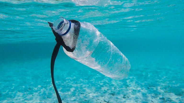 Bottiglia di plastica nel mare